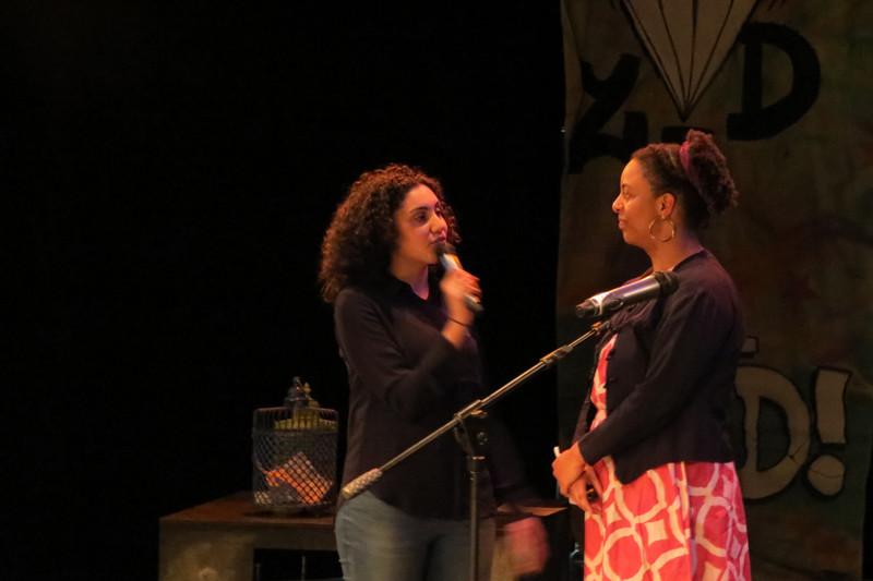 Moderator Yasmine in gesprek met Eva.