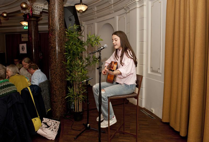 Lara treedt op in Stadsschouwburg Amsterdam